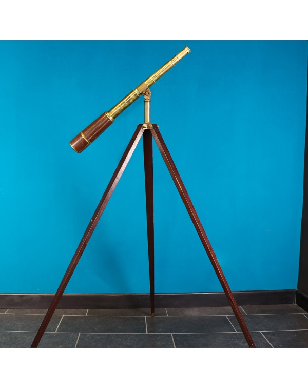 Telescopic telescope on tripod
